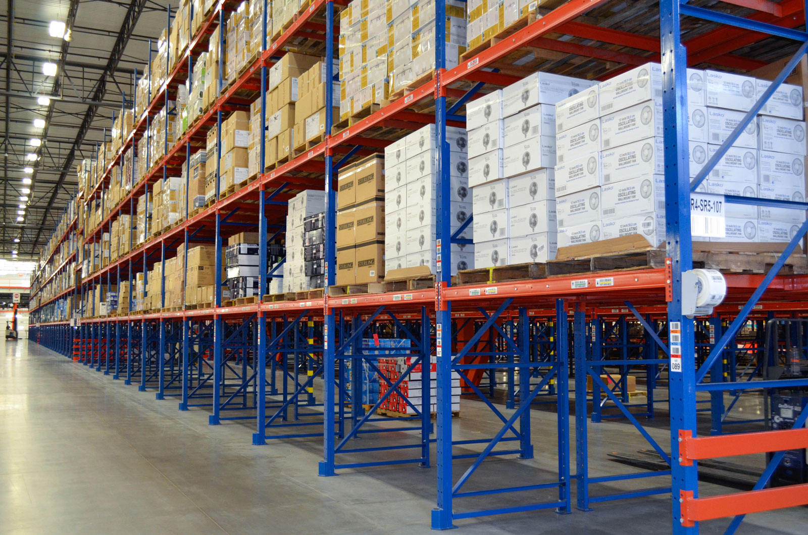 Frazier's Sentinel Selective Pallet Racking stores product above the ground level loading positions.