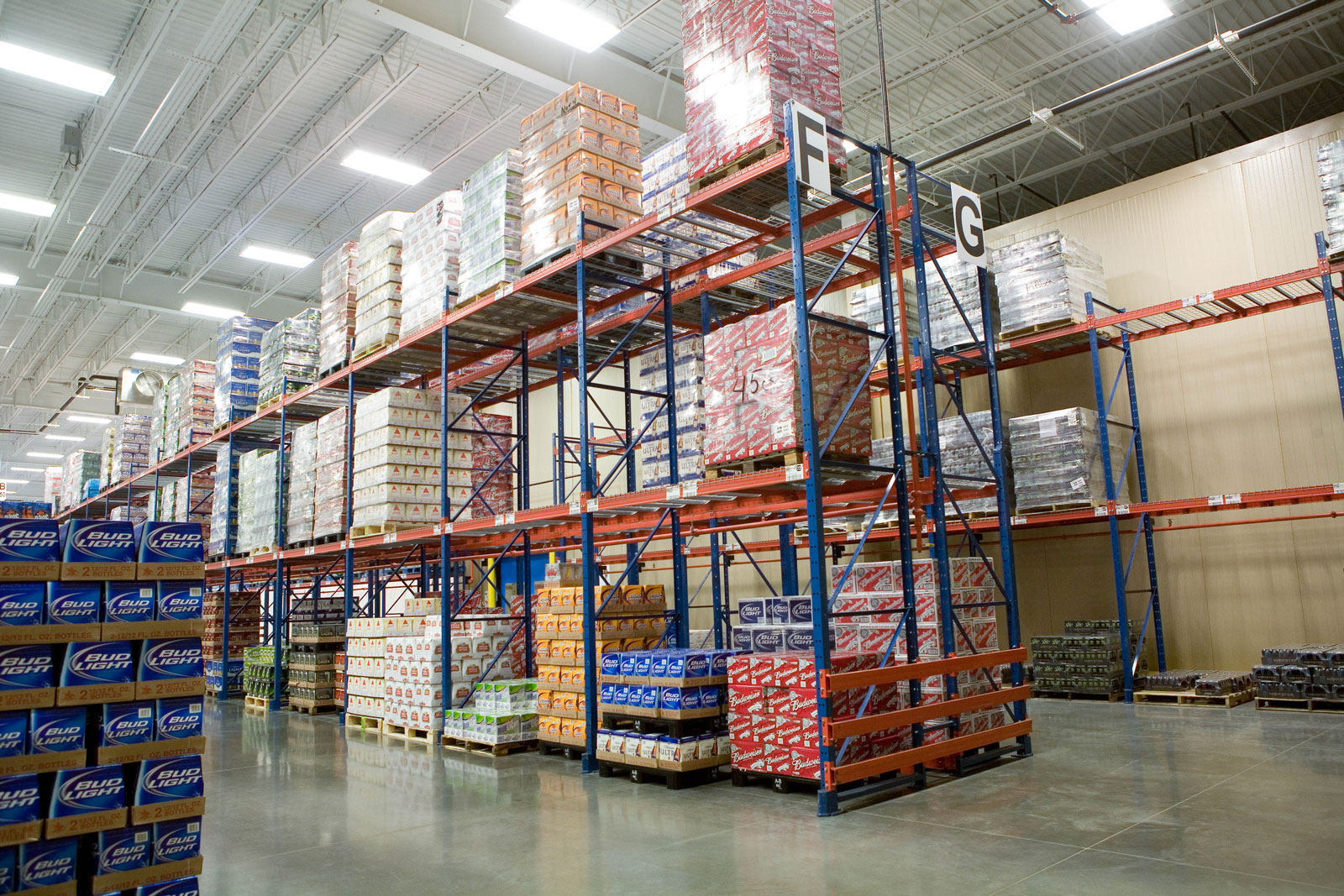 A 3-high Frazier Sentinel Selective Pallet Racking system stores beverage products.